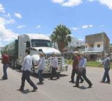 Saquean 3 camiones con fertilizante en Chilapa