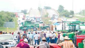 Bloquean carreteras en demanda de apoyos