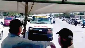 Sufre ambulancia incidente en bloqueo