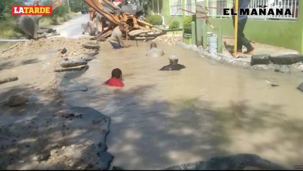 Tubería rota, deja calles inundadas