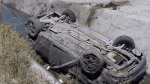 Cae auto a canal tras volcadura