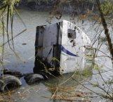 Abandona tractocamión que cayó a canal