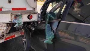 Libra morir decapitada al incrustarse bajo camión