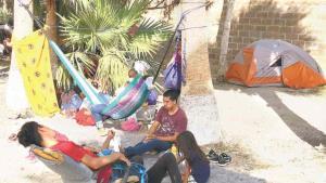 Aguantan migrantes calor por cita con EU