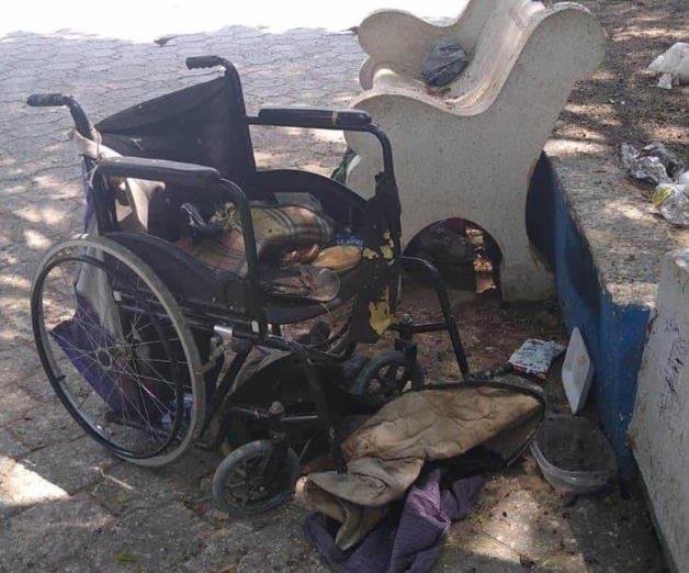 Hallan a discapacitado muerto en plaza pública