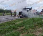 Incendian tractocamión para bloquear carretera