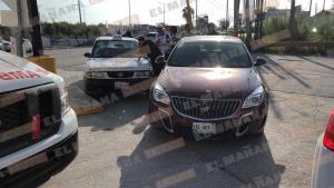 Impactan a taxi; tres pasajeros lesionados