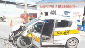 Taxista se hiere la cabeza por chocar