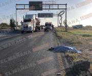 Hallan hombre muerto a la orilla de la carretera