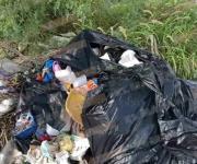 Desde un simple plástico hasta muebles, la basura que tiran por toda la ciudad
