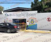 Cristalazo a vehículos en escuela primaria Narciso Mendoza