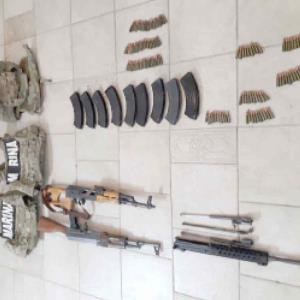 Abandonan armamento y equipo táctico