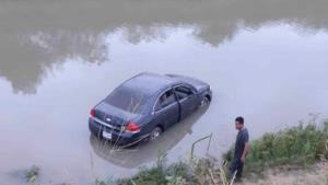 Se van con todo y vehículo al canal el Culebrón
