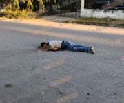 Hombre baja de auto y dispara contra jóvenes; mata a uno