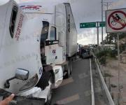 Pierde mujer la vida al chocar auto contra tráiler; otro más lesionado