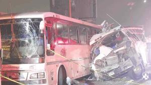 Suman 11 decesos en choque de autobuses