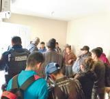 Rescata policía a migrantes