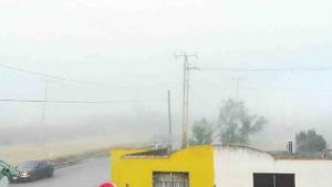Cubre la ciudad cerrada neblina