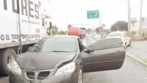 Taxista quiere más pasaje pero provoca accidente