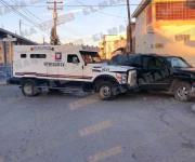 Impacta camión blindado a una camioneta; una mujer resulta lesionada
