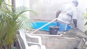 Su familia quería una piscina y la hizo