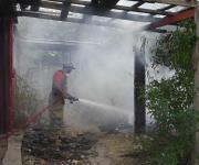 Prenden tianguis El Riel, bomberos evitan se extienda fuego