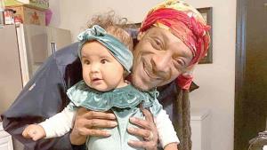 Famosos que son abuelos y se derriten por sus nietos