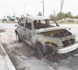 Fuego acaba con vehículo
