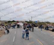 Bloquean campesinos carretera federal