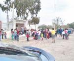 Madres de familia cierran escuela por falta de maestra
