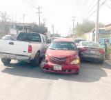 Ebrio choca contra autos estacionados
