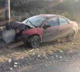 Conductor impacta auto contra un poste, luego huye