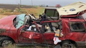 Muere una mujer al volcar su camioneta en una curva