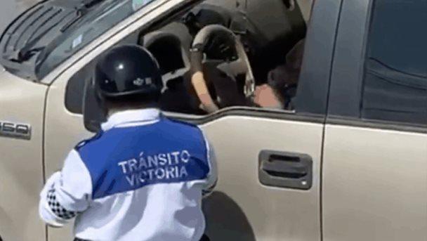 Graban a un tránsito recibiendo 'mordida' en Victoria, Tamaulipas