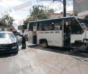 Se impactan automóvil y microbús