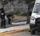 Queda tirado en plaza pública el cadáver de un hombre