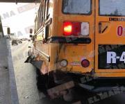 Se incrusta camioneta debajo de un autobús
