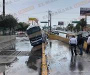 Arrastra corriente de agua un camión de transporte foráneo