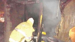 Arde una tienda de carbón