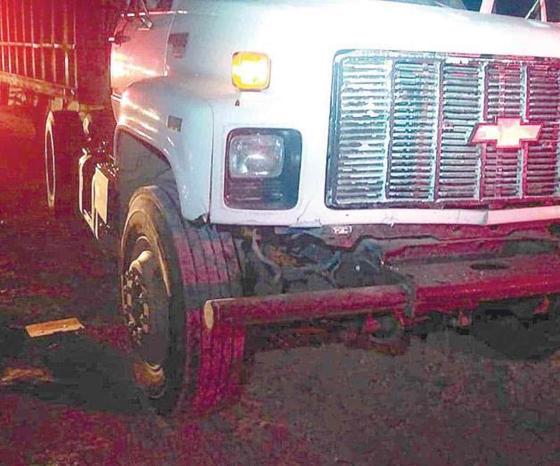 Impacta automóvil a camión