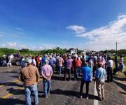 Bloquean agricultores carretera federal Victoria- Matamoros
