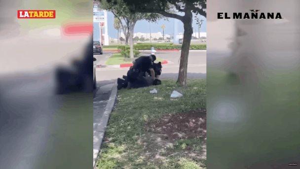 Oficial golpea a hombre arrodillado sobre su cuello