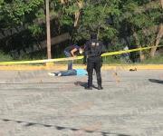 Mata mujer a balazos a un hombre afuera de una tienda de conveniencia