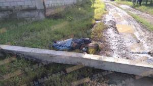 Muere albañil al caerle encima un poste de acometida