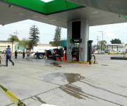 Impactan camioneta, se vuelca e incendia a escasos metros de gasolinera