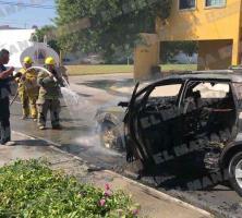 Cortocircuito genera que auto se incendiará