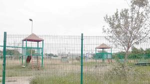 Maleza cubre Parque Infantil