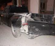 Choca palma, la derriba y abandona el vehículo