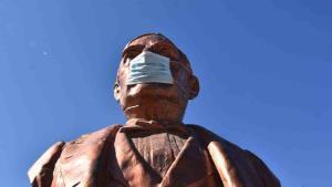 Le ponen cubrebocas a la estatua de Benito Juárez