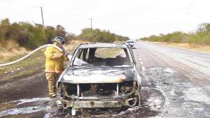 Queda en chatarra vehículo incendiado